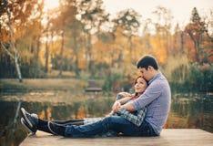 Romantyczna para relaksuje na rzecznym doku wewnątrz Zdjęcia Stock