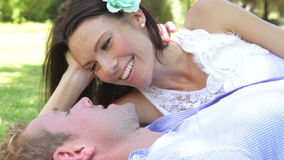 Romantyczna para Relaksuje W parku Wpólnie zbiory