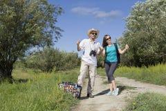 Romantyczna para turyści chodzi w miłości Obraz Royalty Free