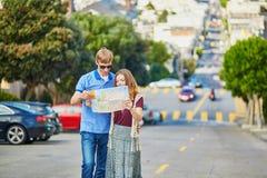 Romantyczna para turyści używa mapę w San Fransisco, Kalifornia, usa Zdjęcia Stock