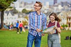 Romantyczna para turyści używa mapę w San Fransisco, Kalifornia, usa Fotografia Stock
