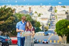 Romantyczna para turyści używa mapę w San Fransisco, Kalifornia, usa Obraz Royalty Free