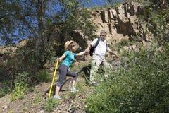 Romantyczna para turyści wzrasta w górach Zdjęcia Royalty Free