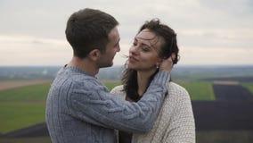 Romantyczna para w embracess i buziaka stojak na wierzchołku skała zbiory