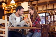 Romantyczna para w kawiarni zdjęcia stock