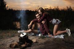 Romantyczna para w miłości ogieniem na jeziorze późnym wieczorem obrazy royalty free