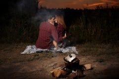 Romantyczna para w miłości ogieniem na jeziorze późnym wieczorem zdjęcie stock