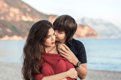 Romantyczna para w miłości przy plażowym zmierzchem Nowożeńcy szczęśliwy młody lo Obrazy Stock