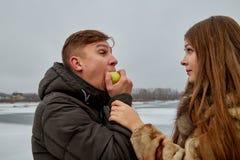 Romantyczna para w mi?o?ci na jesieni lub zimy spacerze blisko jeziora z jab?kiem zdjęcie royalty free