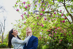Romantyczna para w Paryż blisko wieży eifla obrazy royalty free