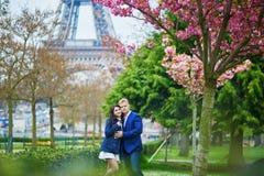 Romantyczna para w Paryż blisko wieży eifla obraz stock