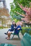 Romantyczna para w Paryż blisko wieży eifla zdjęcia royalty free