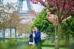 Romantyczna para w Paryż blisko wieży eifla fotografia royalty free