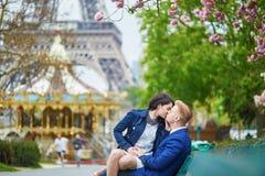 Romantyczna para w Paryż blisko wieży eifla zdjęcie stock