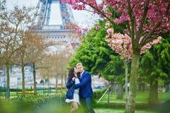 Romantyczna para w Paryż blisko wieży eifla obraz royalty free