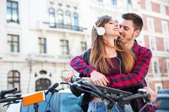 Romantyczna para w ulicie Zdjęcia Royalty Free