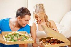 Romantyczna pary łasowania pizza w domu Fotografia Stock