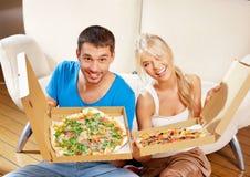 Romantyczna pary łasowania pizza w domu Obrazy Stock