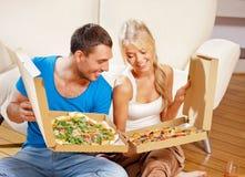 Romantyczna pary łasowania pizza w domu Obraz Royalty Free