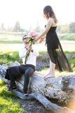 Romantyczna pary dziewczyna, chłopak ma zabawy lata parka i Fotografia Stock