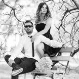 Romantyczna pary dziewczyna, chłopak ma zabawy lata parka i Zdjęcia Royalty Free