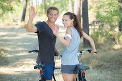 Romantyczna pary jazda jechać na rowerze w lesie zdjęcie royalty free