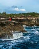 Romantyczna pary pozycja na falezie nad rozszalały morze Obrazy Royalty Free
