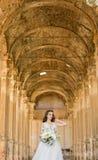 Romantyczna piękna panna młoda w luksusu smokingowy pozować piękna architektura Fotografia Stock