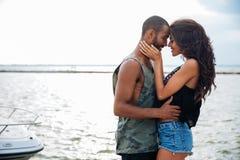 Romantyczna piękna para w miłości obejmuje przy molem Obrazy Royalty Free