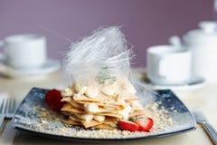Romantyczna porcja Napoleon tort obrazy stock