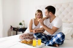 Romantyczna potomstwo para ma śniadanie w łóżku zdjęcie royalty free
