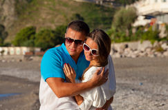 Romantyczna potomstwo para ma wielkiego czas zdjęcia royalty free