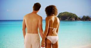 Romantyczna potomstwo pary mienia ręka na Karaiby plaży fotografia royalty free
