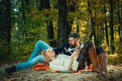 Romantyczna pykniczna lasowa para w mi?o?? turystach relaksuje na pyknicznej koc Romantyczna data w naturze b??kitny samochodowej obraz stock