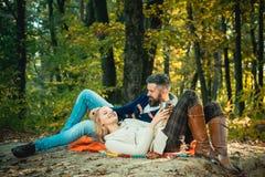 Romantyczna pykniczna lasowa para w mi?o?? turystach relaksuje na pyknicznej koc Romantyczna data w naturze Tylko dwa my zdjęcia stock