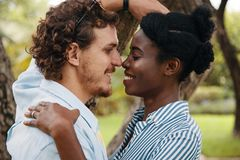 Romantyczna różnorodna para wokoło całować zdjęcia stock