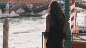 Romantyczna turystyczna kobieta na molu przeciw pięknemu widokowi na venetian chanal w Wenecja, Włochy zdjęcie wideo