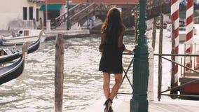 Romantyczna turystyczna kobieta na molu przeciw pięknemu widokowi na venetian chanal w Wenecja, Włochy zbiory wideo