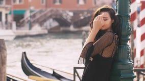 Romantyczna turystyczna kobieta na molu przeciw pięknemu widokowi na venetian chanal w Wenecja, Włochy zbiory
