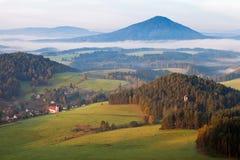 Romantyczna wioska przy zmierzchem w mgłowym ranku Zdjęcie Royalty Free