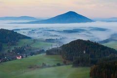 Romantyczna wioska w mgłowym lesie Zdjęcie Royalty Free