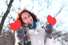 Romantyczna zimy dziewczyna z dwa czerwonymi sercami outdoors Fotografia Stock