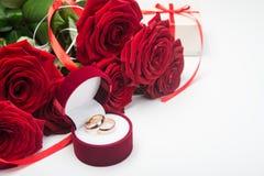 Romantyczne czerwone róże z obrączkami ślubnymi Zdjęcia Stock