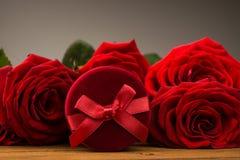 Romantyczne czerwone róże z pudełkowatym prezentem Fotografia Royalty Free