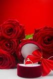 Romantyczne czerwone róże z złotym pierścionkiem Obrazy Royalty Free