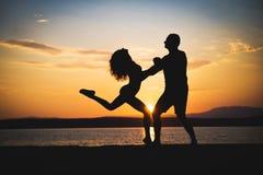 Romantyczne par sylwetki zdjęcie stock