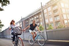 Romantyczne pary mienia ręki gdy iść jeździć na rowerze zdjęcie royalty free
