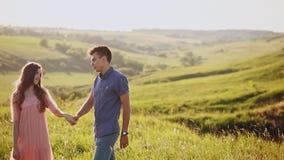 Romantyczne pary mienia ręki w parku na zmierzchu Szczęśliwa para cieszy się chodzić zbiory