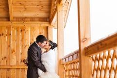 Romantycznego buziaka szczęśliwy państwo młodzi na zima dniu ślubu Zdjęcia Stock