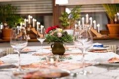 Romantycznego stołu ustalony przygotowania dla bożych narodzeń Obrazy Stock